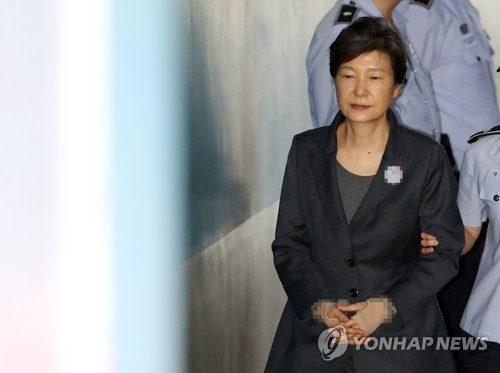 This photo filed on Sept. 28, 2017, shows Former President Park Geun-hye walking into the courthouse in Seoul to attend her corruption trial. (Yonhap)