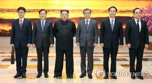 This photo provided by South Korean presidential office Cheong Wa Dae shows North Korean leader Kim Jong-un (third from L) posing for a group picture with special envoys of South Korean President Moon Jae-in in Pyongyang on March 5, 2018. They are (from L) Yun Kun-young, a Cheong Wa Dae official in charge of a policy monitoring office, Chung Eui-yong, chief of the National Security Office, Kim, Suh Hoon, head of the National Intelligence Service (NIS), Vice Unification Minister Chun Hae-sung and Kim Sang-gyun, a senior NIS director. (Yonhap)