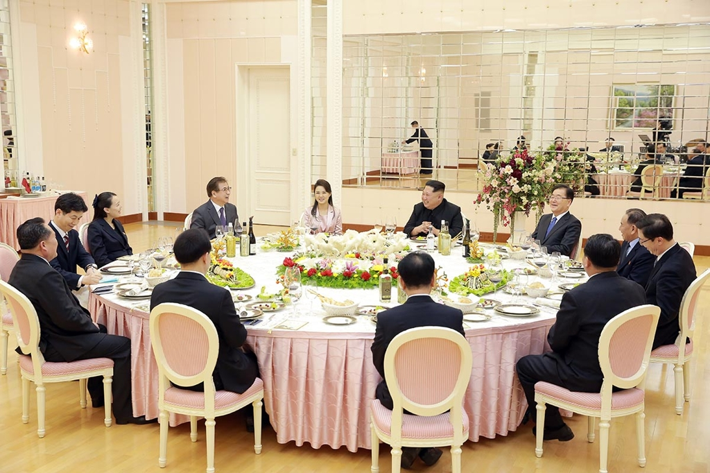 The photo provided by South Korean presidential office Cheong Wa Dae shows North Korean leader Kim Jong-un (4th from R, top) and his wife Ri Sol-ju (5th from L, top) hosting a welcome dinner for special envoys of South Korean President Moon Jae-in in Pyongyang on March 5, 2018. (Yonhap)