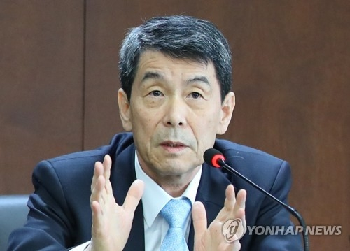 In this photo taken March 8, 2018, KDB Chairman and CEO Lee Dong-gull answers questions on talks with GM to turn its South Korean operations around during a press conference at the state bank's headquarters in Yeouido, Seoul. (Yonhap)