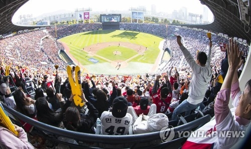 This file photo taken Oct. 29, 2017, shows a capacity crowd of 25,000 at Jamsil Stadium in Seoul for Game 4 of the Korean Series between the home team Doosan Bears and the Kia Tigers. (Yonhap)