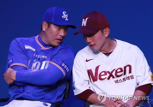 Kang Min-ho of the Samsung Lions (L) chats with Seo Geon-chang of the Nexen Heroes during the Korea Baseball Organization media day in Seoul on March 22, 2018. (Yonhap)