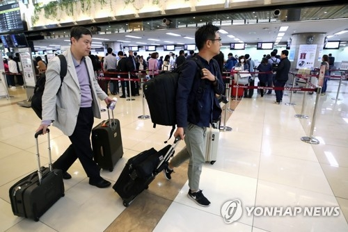 South Korean reporters check in at Gimpo International Airport in Seoul on May 21, 2018, on their way to Beijing, from where they will travel to North Korea. North Korea said journalists from South Korea, China, Russia, the United States and Britain would be allowed to cover the dismantlement of the North's key nuclear test site, scheduled for May 23-25, pending weather conditions, but their visit became uncertain when Pyongyang abruptly canceled talks with Seoul. (Yonhap)