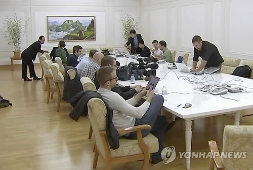 Foreign reporters prepare to cover North Korea's nuclear test site dismantlement at a hotel in Wonsan on May 22, 2018, in this AP photo. (Yonhap)