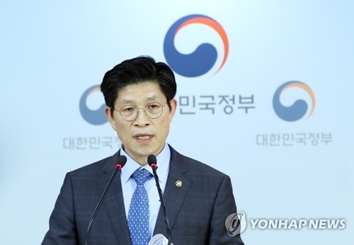 Noh Hyeong-ouk, vice-minister of the Office for Government Policy Coordination, announces on May 25, 2018, that an additional 14 beds by Daejin Bed Co. have been found to emit radiation at levels that exceed the safety standard. (Yonhap)