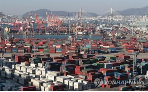 Containers carrying export goods are stacked on the piers of South Korea's largest port city, Busan, on Jan. 1, 2018. (Yonhap)