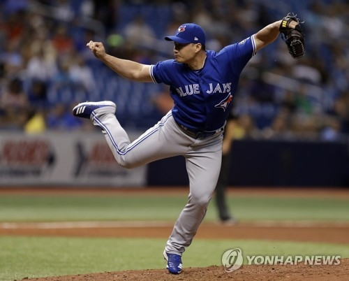 In this Associated Press photo, Oh Seung-hwan of the Toronto Blue Jays throws a pitch against the Tampa Bay Rays in the bottom of the seventh inning of a major league regular season game at Tropicana Field in St. Petersburg, Florida, on June 11, 2018. (Yonhap)