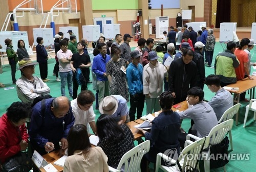 This photo taken on June 13, 2018, shows voters lining up to cast their ballots for local elections at a polling station in Chuncheon, 85 kilometers east of Seoul. (Yonhap)