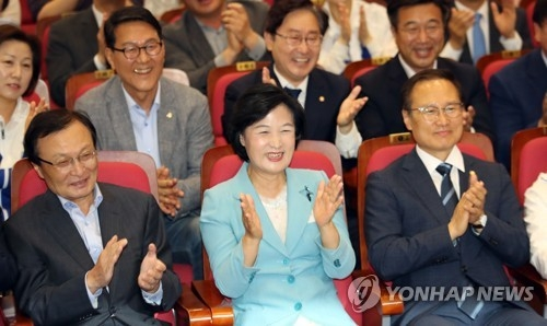 This photo taken on June 13, 2018, shows Choo Mi-ae (C), chief of the ruling Democratic Party, rejoicing as an exit poll showed the party is likely to overwhelmingly win the local elections and parliamentary by-elections. (Yonhap)