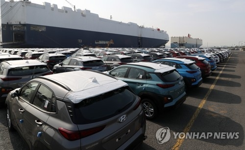 Cars made by Hyundai Motor Co. wait to be shipped abroad at a dock in Ulsan, 414 kilometers southeast of Seoul, on March 26, 2018. (Yonhap)