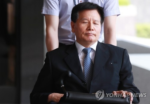 Former Labor Minister Lee Chae-pil is escorted into the Seoul Central District Prosecutors' Office on June 25, 2018, for questioning over an alleged anti-labor scheme. (Yonhap)