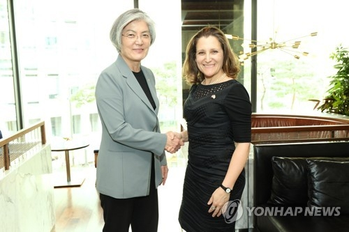 South Korean Foreign Minister Kang Kyung-wha (L) shakes hands with her Canadian counterpart Chrystia Freeland during a Seoul meeting on March 29, 2018, in this photo provided by Kang's ministry. (Yonhap)