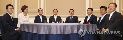 This photo, taken on July 9, 2018, shows the floor leaders and vice leaders of the ruling Democratic Party and opposition parties holding talks to form parliamentary standing committees. (Yonhap)