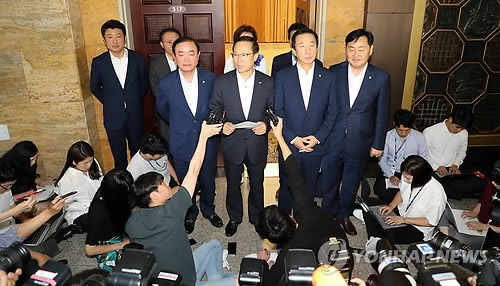 This photo taken on July 10, 2018, shows the floor leaders of the ruling and opposition parties speaking to reporters over their agreement to open a provisional session in July. (Yonhap)