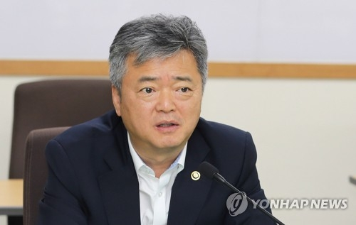 This file photo taken on July 3, 2018, shows Vice Minister of Trade, Industry and Energy Lee In-ho speaking about a shorter workweek during a meeting with industry representatives in Seoul. (Yonhap)