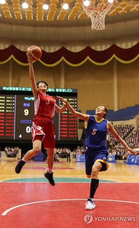 In this Joint Press Corps photo from July 5, 2018, Kim Hye-yon of North Korea (L) takes a layup past Park Hye-jin of South Korea during an inter-Korean friendly basketball game at Ryugyong Chung Ju-yung Gymnasium in Pyongyang. (Yonhap)