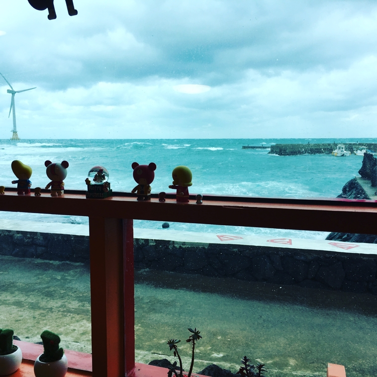 A photo taken from inside a restaurant by Lee Na-hyeon captures a winter view of the sea on the eastern coast of Jeju Island in January 2017. (Yonhap)