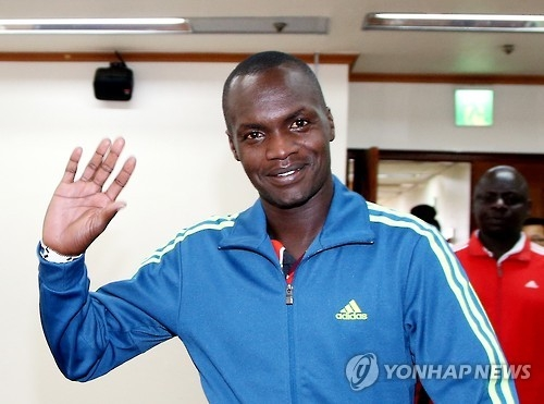In this file photo provided by the Korean Sport & Olympic Committee (KSOC) from Jan. 7, 2016, Kenyan-born marathoner Wilson Loyanae Erupe waves to reporters at the KSOC headquarters in Seoul after a meeting with officials over his naturalization. (Yonhap)