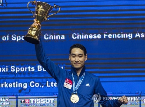 In this EPA file photo from July 22, 2018, Kim Jung-hwan of South Korea hoists the winner's trophy after capturing the men's individual sabre title at the 2018 World Fencing Championships in Wuxi, China. (Yonhap)