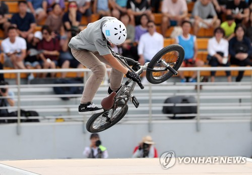 An athlete takes part in the action sports event during the 2018 World Leisure Games in the northeastern city of Chuncheon on Aug. 26, 2018. (Yonhap)