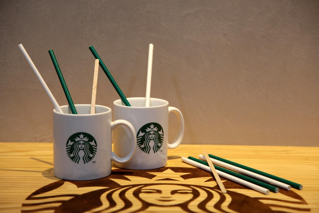 This undated photo, provided by Starbucks Coffee Korea Co., shows paper straws that will be introduced for a test run at 100 of its stores starting Sept. 10, 2018. (Yonhap)