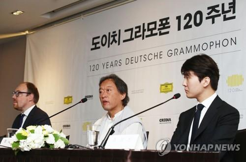 Maestro Chung Myung-whun (C) speaks on Sept. 3, 2018, about his gala concert in Seoul on the occasion of Deutsche Grammophon's 120th anniversary. (Yonhap)