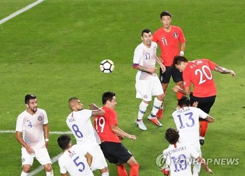 South Korea's Jang Hyun-soo (R) takes a header off a corner kick during a friendly football match at Suwon World Cup Stadium in Suwon, south of Seoul, on Sept. 11, 2018. (Yonhap)