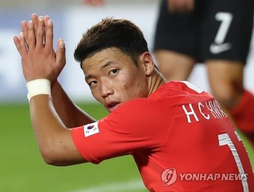 South Korea's Hwang Hee-chan claps his hands during a friendly football match between South Korea and Chile at Suwon World Cup Stadium in Suwon, south of Seoul, on Sept. 11, 2018. (Yonhap)