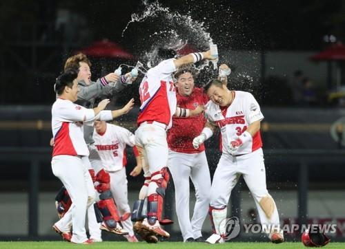 2 clubs locked in battle for final postseason spot in S. Korean baseball