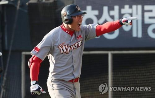 Park Jung-kwon of the SK Wyverns celebrates his two-run home run against the Doosan Bears in the top of the sixth inning of Game 1 of the Korean Series at Jamsil Stadium in Seoul on Nov. 4, 2018. (Yonhap)
