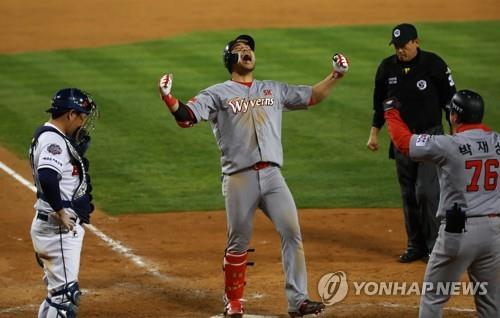 Han Dong-min of the SK Wyverns (C) celebrates his solo home run against the SK Wyverns in the top of the 13th inning of Game 6 of the Korean Series at Jamsil Stadium in Seoul on Nov. 12, 2018. (Yonhap)