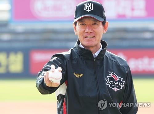 Lee Kang-chul, new manager of the KT Wiz baseball club, poses with a ball after his introductory press conference at KT Wiz Park in Suwon, 45 kilometers south of Seoul, on Nov. 18, 2018. (Yonhap)