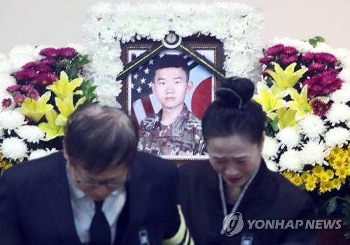 The grief-stricken parents of Yoon Chang-ho are pictured in this photo taken at the funeral altar set up for their deceased son at a military hospital in the southeastern city of Busan on Nov. 11, 2018. The younger Yoon, who was serving his mandatory military service as a KATUSA corporal, died of brain injuries after being hit by a drunk driver. (Yonhap)