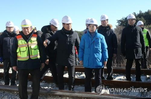 Land Minister Kim Hyun-mee is being briefed by a KORAIL official on the recovery work at an accident site in Gangneung on Dec. 9, 2018, a day after a KTX bullet train went off the rails and lightly injured more than a dozen passengers. (Yonhap)