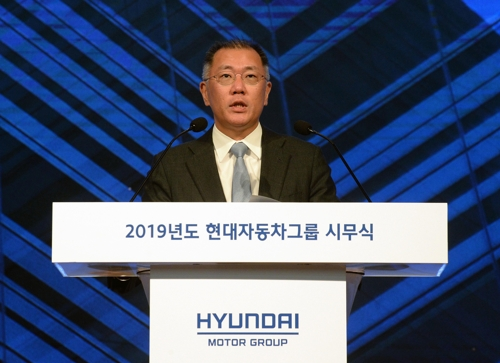 In this photo taken on Jan. 2, 2018, Hyundai Motor Group's Executive Vice Chairman Chung Eui-sun delivers a speech for the new year to employees at the carmaker's headquarters in Yangjae, southern Seoul. (Yonhap)
