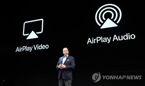 Tim Alessi, head of product marketing at LG's American unit, announces its tieup with Apple Inc. during a news conference in Las Vegas on Jan. 7, 2018. (Yonhap)