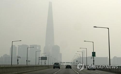 The sky over Seoul, seen from the Jamsil Grand Bridge on the Han River, is thick with fine dust on Jan. 14, 2019. (Yonhap)