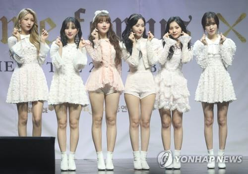 "K-pop girl band GFriend poses for photos during a media showcase of their new album, ""Time for us,"" on Jan. 14, 2019. (Yonhap)"