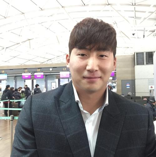 Na Sung-bum of the Korea Baseball Organization club NC Dinos poses for photos at Incheon International Airport, west of Seoul, on Jan. 30, 2019, before departing for the team's spring training site in Tucson, Arizona. (Yonhap)