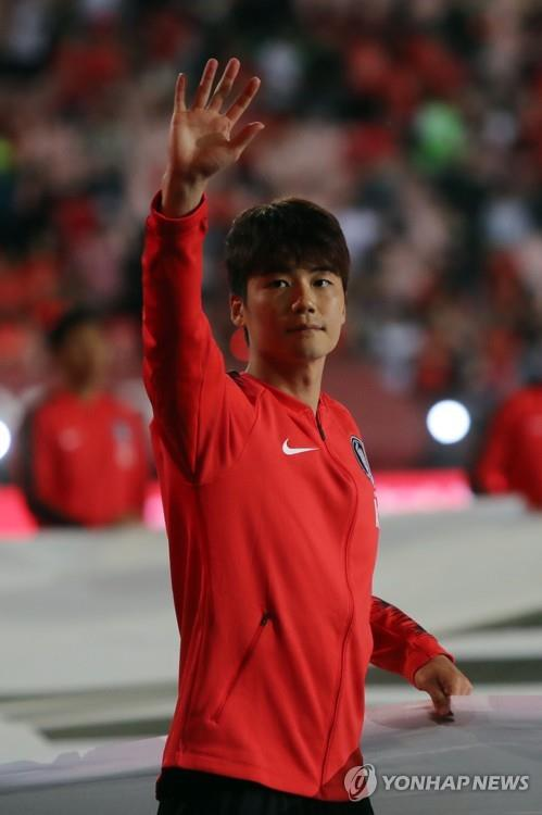 This file photo taken on June 1, 2018, shows South Korea national football team player Ki Sung-yueng waving his hand for fans during a send-off ceremony for the 2018 FIFA World Cup at Jeonju World Cup in Jeonju, North Jeolla Province. (Yonhap)