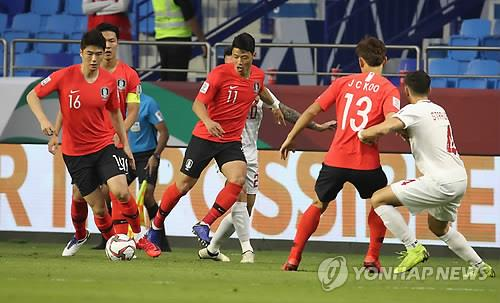In this file photo taken Jan. 7, 2019, South Korea's Ki Sung-yueng (L) controls the ball alongside his teammates Hwang Hee-chan (C) and Koo Ja-cheol (2nd from R) during a 2019 AFC Asian Cup Group C match against the Philippines at Al Maktoum Stadium in Dubai, the United Arab Emirates. (Yonhap)