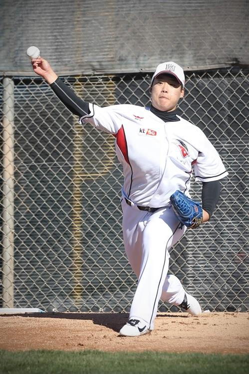 In this photo, provided by the KT Wiz baseball club on Feb. 8, 2019, Kang Baek-ho, former high school pitcher-turned-outfielder, throws in the bullpen during the team's spring training at Kino Sports Complex in Tucson, Arizona. (Yonhap)