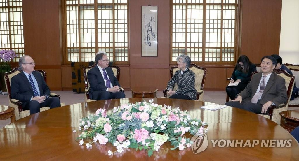 South Korean Foreign Minister Kang Kyung-wha (2nd from R) talks with Timothy Betts, the top U.S. negotiator in defense-cost talks between the allies, in Seoul on Feb. 10, 2019. (Yonhap)