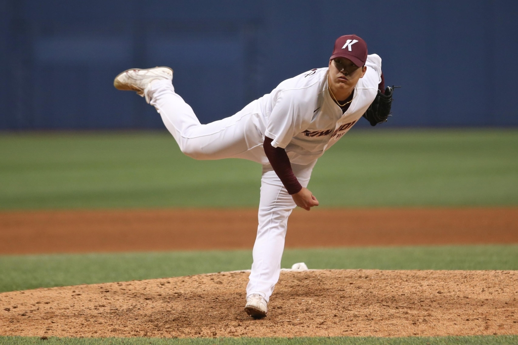 In this photo provided by the Kiwoom Heroes, Cho Sang-woo of the Heroes throws a pitch against the Lotte Giants in the top of the ninth inning of a Korea Baseball Organization preseason game at Gocheok Sky Dome in Seoul on March 14, 2019. (Yonhap)