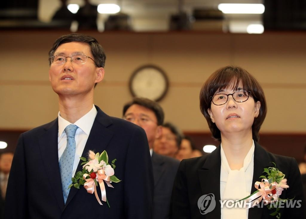 New constitutional justices -- Lee Mi-sun (R) and Moon Hyung-bae -- attend their inauguration ceremony in Seoul on April 19, 2019. (Yonhap)