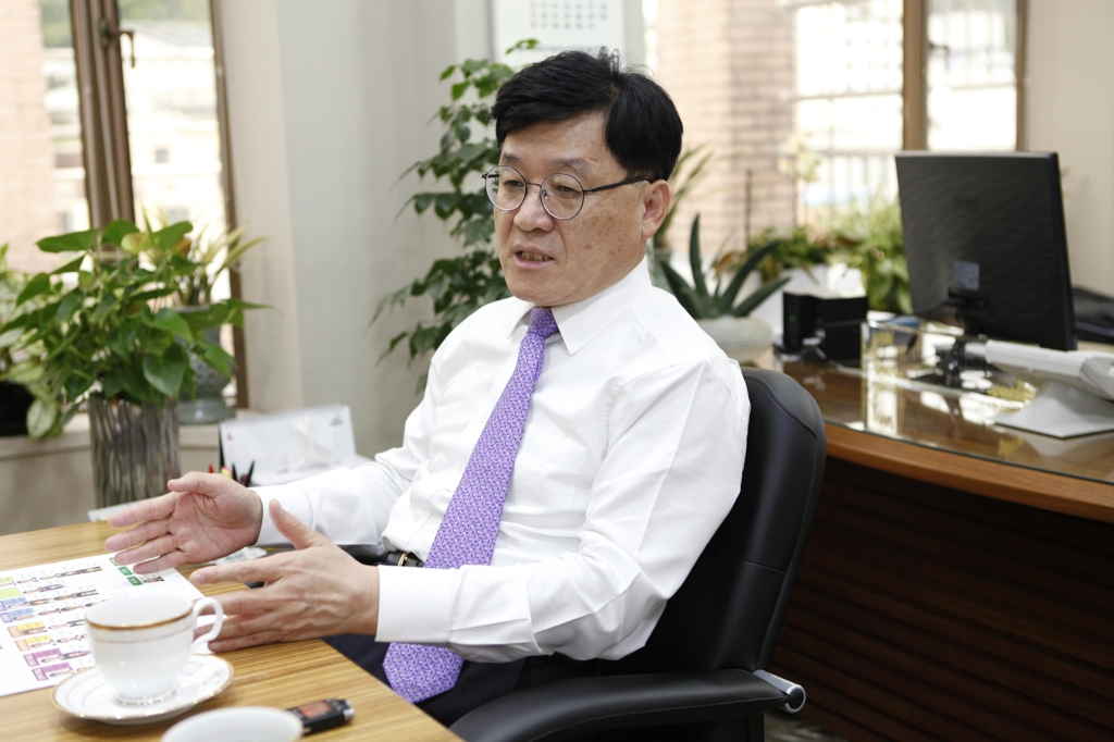In this photo taken on April 26, 2019, KAMA President and CEO Jeong Marn-ki talks about challenges facing South Korean carmakers during an interview with Yonhap News Agency at the automobile industry lobby's office in Seocho, southern Seoul. (Yonhap)