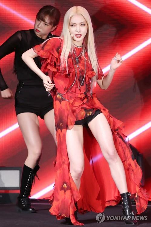 "Chungha showcases her new single, ""Snapping,"" in a media event on June 24, 2019. (Yonhap)"
