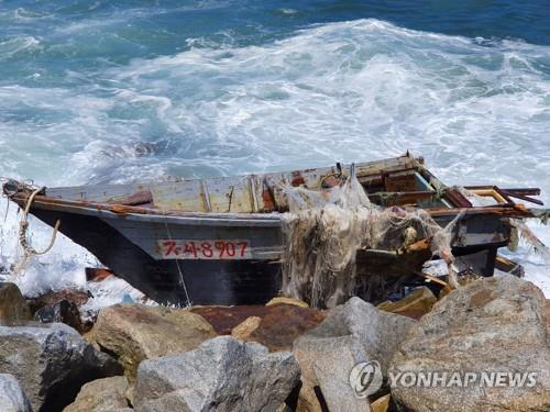 (LEAD) N. Korean wooden boat found off S. Korea's eastern coast