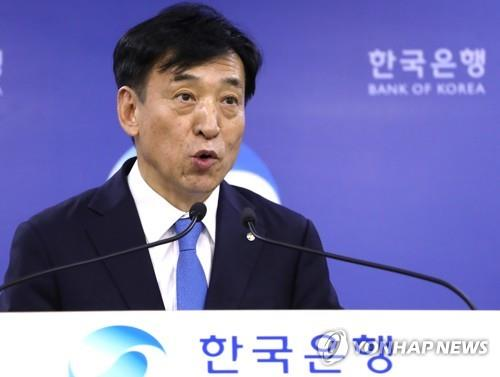 Bank of Korea Gov. Lee Ju-yeol holds a press conference in Seoul on July 18, 2019, after the central bank cut the policy rate by 25 basis points to 1.5 percent in a surprise move aimed at supporting growth. (Yonhap)