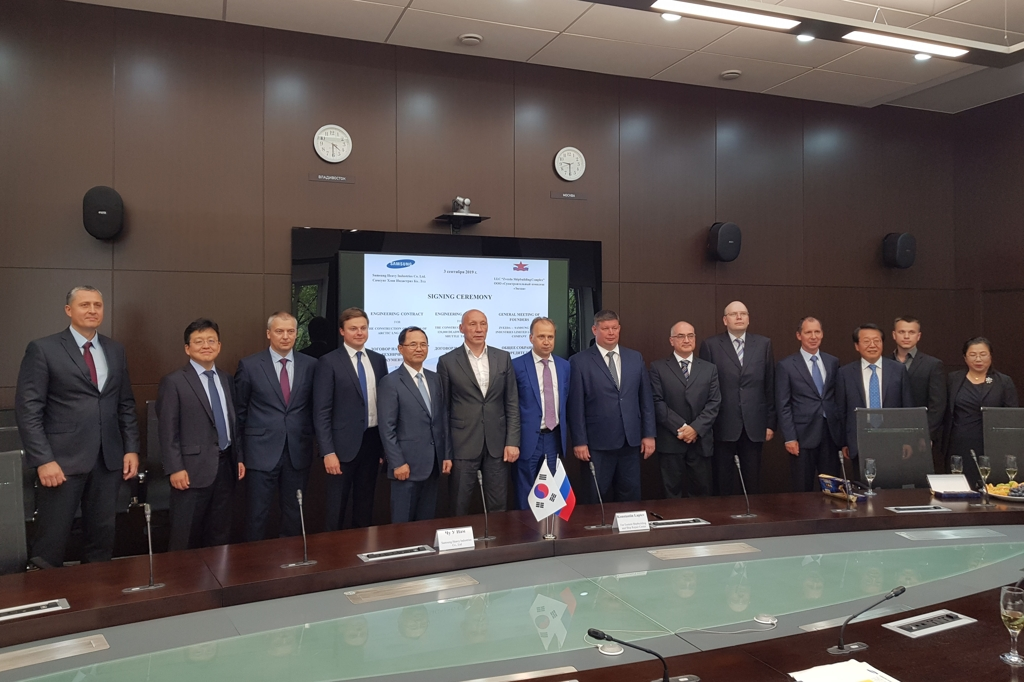 In this undated photo provided by Samsung Heavy Industries Co., officials from Samsung Heavy and Rosneft, a parent company of Zvezda in Russia, pose for a photo after signing a contract to design icebreaking LNG carriers. (PHOTO NOT FOR SALE) (Yonhap)